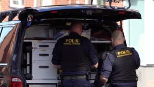 لقطة شاشة من مقطع فيديو يظهر عناصر الشرطة السويدية في موقع هجوم طعن تعرضت له سيدة يهودية في هلسينغبورغ، 14 مايو، 2019.  (Screenshot from Aftonbladet via JTA)