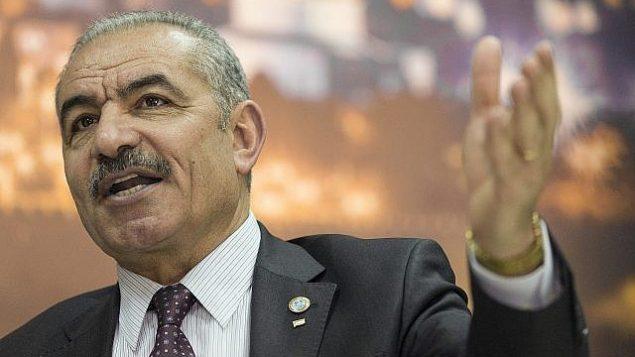 رئيس الوزراء الفلسطيني محمد اشتية يتكلم خلال مقابلة مع وكالة 'أسوشيتد برس' في مكتبه في رام الله بالضفة الغربية، 16 أبريل، 2019. (AP Photo/Nasser Nasser)