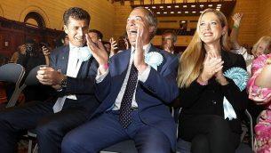 زعيم حزب البريكست، نايجل فراج،  خلال الإعلان عن نتائج فرز الأصوات للإنتخابات الأوروبية لمنطقة جنوب شرق انجلترا، في ساوثهامبتون، إنجلترا، 26 مايو، 2019. (AP Photo/Alastair Grant)
