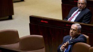 رئيس الوزراء بنيامين نتيناهو ووزير الدفاع السابق افيغادور ليبرمان في الكنيست، 23 مايو 2019 (AP Photo/Sebastian Scheiner, File)