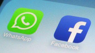 شعارا تطبيقي واتساب وفيسبوك على شاشة هاتف ذكي، 19 فبراير 2014 (AP/Patrick Sison)
