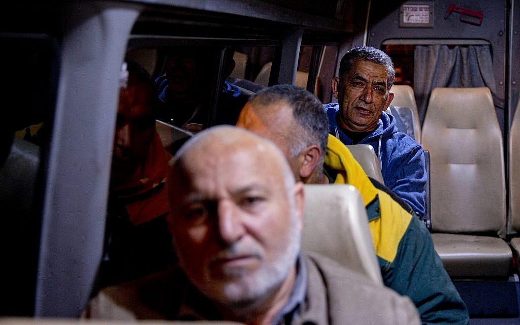 عمال فلسطينيون في طريقهم إلى إسرائيل. (AP Photo/ Majdi Mohammed)