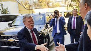 رئيس مجلس الامن القومي الروسي نيكولاي باتروشيف يرحب بمستشار الأمن القومي الأمريكي جون بولتون في موسكو، 22 اكتوبر 2018 (Press Service of the Russian Security Council via AP)