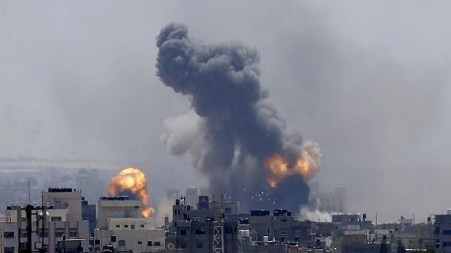 الدخان يتصاعد جراء انفجار ناجم عن غارة جوية إسرائيلية في مدينة غزة، السبت، 4 مايو، 2019.  (AP Photo/Hatem Moussa)