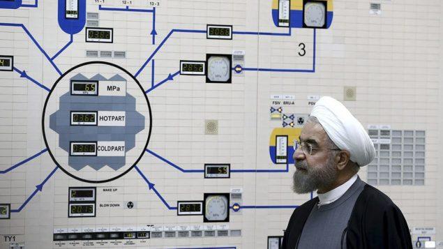 الرئيس الإيراني حسن روحاني يزور نفاعل بوشهر النووي، بالقرب من بوشهر، إيران، 13 يناير 2015 (Iranian Presidency Office, Mohammad Berno/AP)