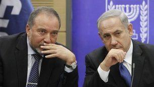 رئيس الوزراء بنيامين نتنياهو ووزير الخارجية حينذاك أفيغدور ليبرمان في الكنيست، 3 فبراير، 2014.  (Yonatan Sindel/Flash90)
