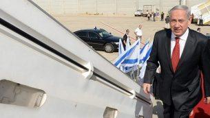 رئيس الوزراء بنيامين نتنياهو  يركب الطائرة متوجها في رحلة رسمية إلى بولندا، 12 يونيو، 2013. (Kobi Gideon/GPO/Flash 90)