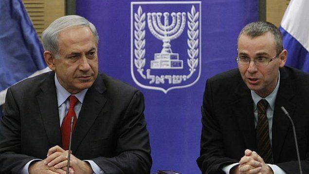 رئيس الوزراء بنيامين نتنياهو وعضو الكنيست من الليكود ياريف ليفين خلال جلسة للحزب في الكنيست، 9 ديسمبر 2013 (Miriam Alster/Flash90)