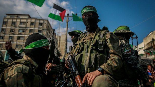 داعمو حماس يشاركون في مسيرة في ذكرى تأسيس الحركة في مدينة غزة، 14 ديسمبر 2015 (Emad Nassar/Flash90)