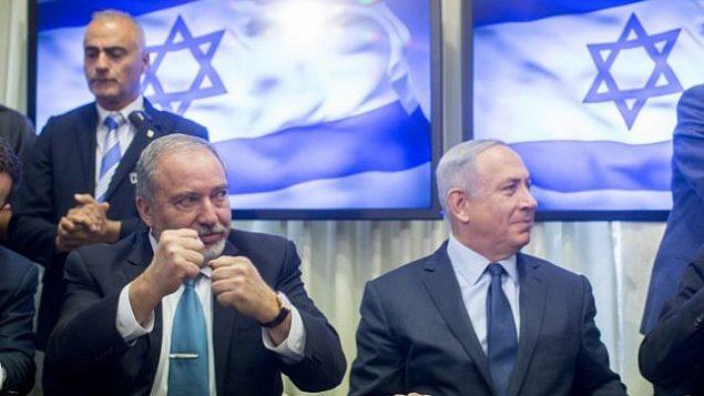 رئيس الوزراء بنيامين نتنياهو وزعيم حزب 'يسرائيل بيتنو'، أفيغدور ليبرمان، يوقعات على اتفاق إئتلافي في البرلمان الإسرائيلي، 25 مايو، 2016.  (Yonatan Sindel/FLASH90)