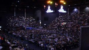 فلسطينيون وإسرائيليون يشاركون في مراسم إحياء ذكرى إسرائيلية فلسطينية في تل أبيب في 30 أبريل/نيسان 2017، حيث تحيي إسرائيل اليوم السنوي التذكاري للجنود الذين سقطوا. (Tomer Neuberg/Flash90)