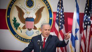 رئيس الوزراء بنيامين نتنياهو يتكلم في الافتتاح الرسمي للسفارة الأمريكية في القدس، 14 مايو، 2018.  (Yonatan Sindel/Flash90)