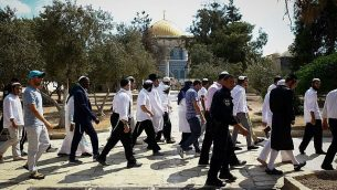 صورة توضيحية: قوات امن اسرائيلية ترافق يهود متدينين في زيارة للحرم القدسي خلال يوم الغفران، 19 سبتمبر 2019 (Sliman Khader/Flash90)