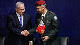 رئيس الوزراء بنيامين نتنياهو يصافح رئيس هيئة أركان الجيش الإسرائيلي الجديد أفيف كوخافي في مقر الجيش في تل أبيب، 15 يناير، 2019. (Flash90)