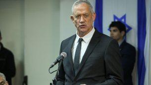 رئيس حزب 'أزرق أبيض'، بيني غانتس، في مؤتمر صحفي في مقر الحزب في تل أبيب، 10 أبريل، 2019.  (Flash90)