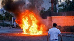 سيارة تشتعل بعد اصابتها بصاروخ اطلق من قطاع غزة باتجاه مدينة اشدود في جنوب اسرائيل، 5 مايو 2019 (Flash90)