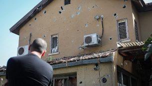 منزل موشيه أغادي (58 عاما)، الذي قُتل جراء إصابته بشظايا صاروخ تم إطلاقه من قطاع غزة وسقط على منزله في أشكولون، جنوب إسرائيل في 5 مايو، 2019.  (Noam Rivkin Fenton/Flash90)