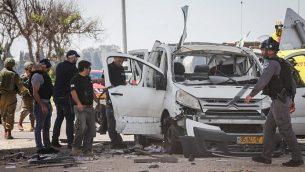 سيارة تعرضت لصاروخ تم إطلاقه من قطاع غزة على الحدود الإسرائيلية مع غزة، 5 مايو، 2019. (Noam Rivkin Fenton/Flash90)
