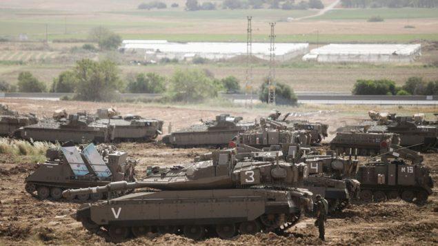 جنود اسرائيليون بين دبابات بالقرب من حدود غزة، 6 مايو 2019 (Aharon Krohn/Flash90)