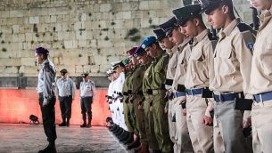 الجنود الإسرائيليون يقفون دقيقة صمت مع إطلاق دوي صفارات الإنذار في مراسم إحياء ذكرى الجنود الإسرائيليين قتلى المعارك وضحايا الهجمات، في الحائط الغربي في القدس القديمة، 7 مايو، 2019.   (Noam Revkin Fenton/Flash90)