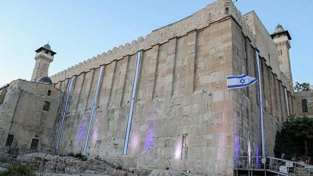 الأعلام الإسرائيلية ترفرف على أسوار الحرم الإبراهيمي (كهف البطاركة بحسب التسمية اليهودية) بمناسبة احتفال إسرائيل بيوم استقلالها ال71، في مدينة الخليل بالضفة الغربية، 8 مايو، 2019. (Gershon Elinson/Flash90)