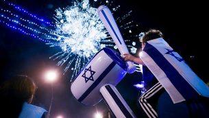 اشخاص يشاهدون عرض العاب نارية بمناسبة يوم الاستقلال الإسرائيلي ال71 في القدس، 8 مايو 2019 (Hadas Parush/Flash90)