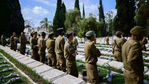 جنود إسرائيليون يشاركة في المراسم الرسمية لإحياء 'يوم الذكرى' في مقبرة 'نحالات يتسحاق' في تل أبيب، 8 مايو، 2019.  (Tomer Neuberg/FLASH90)