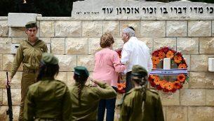 جنود إسرائيليون يشاركون في مراسم رسمية لإحياء 'يوم الذكرى'  في مقبرة 'نحلات يتسحاق'، تل أبيب، 8 مايو، 2019.  (Tomer Neuberg/FLASH90