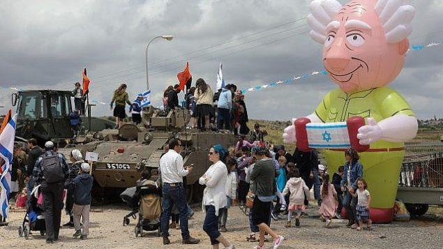 إسرائيليون يحتفلون بيوم إستقلال إسرائيل ال71 في معرض للجيش الإسرائيلي في كتلة عتصيون الاستيطانية في الضفة الغربية، 9 مايو، 2019. (Gershon Elinson/Flash90)