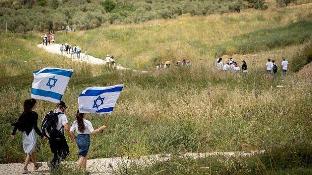 إسرائيليون يشاركون في مسيرة احتفالية بيوم إستقلال إسرائيل ال71 القرب من بؤرة حفات غلعاد الإستيطانية في الضفة الغربية، 9 مايو، 2019. (Hillel Maeir/Flash90)