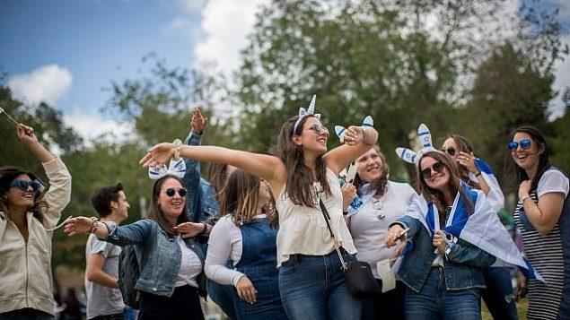 إسرائيليون يحتفلون بيوم إستقلال إسرائيل ال71 في 'حديقة ساكر' في القدس، 9 مايو، 2019. (Yonatan Sindel/Flash90)