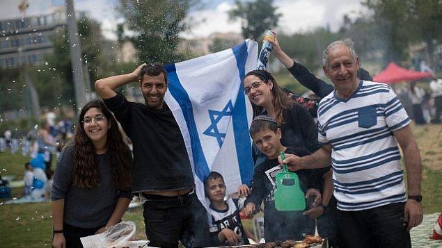 إسرائيليون يقيمون حفلات شواء في القدس احتفالا بيوم استقلال إسرائيل ال71، 9 مايو، 2019.  (Yonatan Sindel/Flash90)