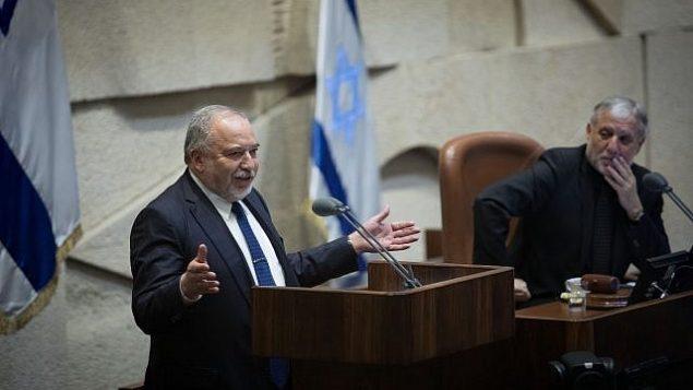 رئيس حزب 'يسرائيل بيتنو'، أفيغدور ليبرمان، يتحدث أمام الكنيست في 3 مايو، 2019. (Noam Revkin Fenton/Flash90)