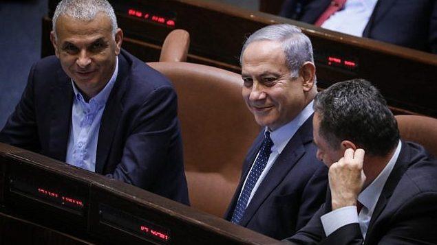 رئيس الوزراء بنيامين نتنياهو (وسط الصورة) خلال جلسة في الكنيست للتصويت على اقتراح لإلغاء قانون يحد من عدد الوزراء في حكومته، 20 مايو، 2019.  (Noam Revkin Fenton/Flash90)