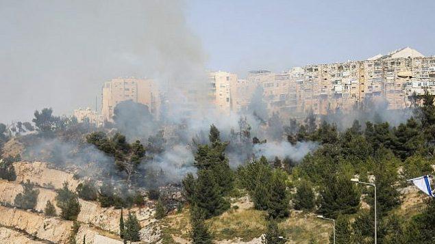 اندلاع حريق بالقرب من حي روميما في القدس، 23 مايو، 2019.  (Hadas Parush/Flash90)