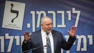 """قائد حزب """"يسرائيل بيتينو"""" أفيغدور ليبرمان يترأس جلسة للحزب في الكنيست، 27 مايو 2019 (Yonatan Sindel/Flash90)"""