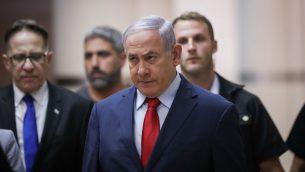 رئيس الوزراء بنيامين نتنياهو متجها نحو جلسة لحزبه في الكنيست، 29 مايو 2019 (Yonatan Sindel/Flash90)