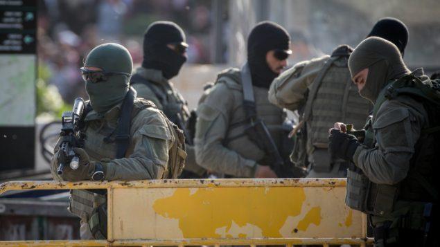 عناصر امن اسرائيليون في موقع طعن تنفيذ رحجل فلسطيني لهجوم طعن، بالقرب من باب العامود في القدس، 31 مايو 2019 (Yonatan Sindel/Flash90)