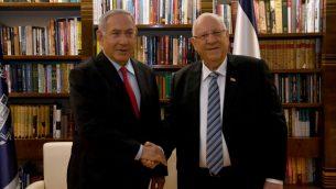 رئيس الوزراء بنيامين نتنياهو يلتقي بالرئيس رؤوفن ريفلين في منزل الرئيس في القدس، 17 ابريل 2019 (Haim Zach/GPO)