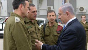 رئيس الوزراء بنيامين نتنياهو يتحدث مع قادة عسكريين في بئر السبع، 6 مايو 2019 (Amos Ben Gershom/ GPO)