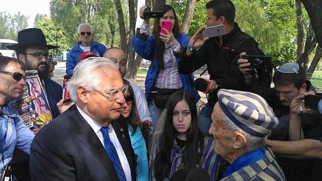 الناجي من المحرقة، إدوارد موسبرغ (93 عاما)، على يمين الصورة، والسفير الأمريكي لدى إسرائيل، ديفيد فريدمان، في 'مسيرة الحياة'، 2 أبريل، 2019.  (Michael Bachner/Times of Israel)