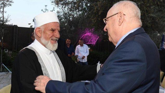 الرئيس رؤوفن ريفلين مع قيادي عربي في افطار رمضاني، 27 مايو 2019 (Mark Neiman/GPO)