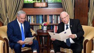 رئيس الوزراء بنيامين نتنياهو، على يسار الصورة، مع رئيس الدولة رؤوفين ريفلين، على يمين الصورة، خلال لقاء لمناقشة تمديد المهلة لتشكيل حكومة جديد، في مقر إقامة رئيس الدولة في القدس، 13 مايو، 2019.  (Haim Zach (GPO)