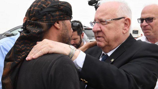 الرئيس رؤوفن ريفلين يزور عائلة زياد الحمامدة، الذي قُتل بهجوم صاروخي في اشكلون، لتقديم التعازي، 6 مايو 2019 (Mark Neiman/GPO)