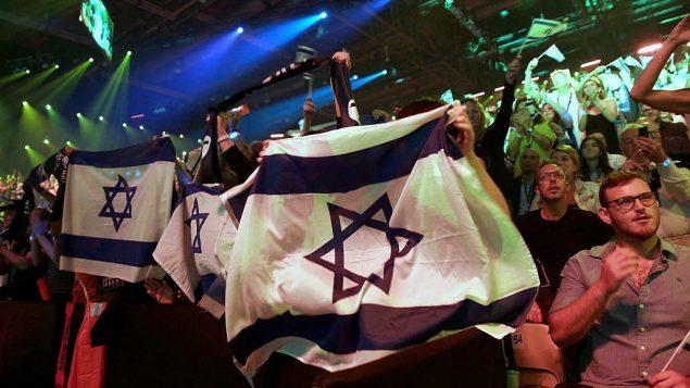 """الجمهور يتابع  نهائي مسابقة الأغنية الأوروبية """"يوروفيجن 2019"""" في تل أبيب، 18 مايو، 2019. (AP Photo/Sebastian Scheiner)"""