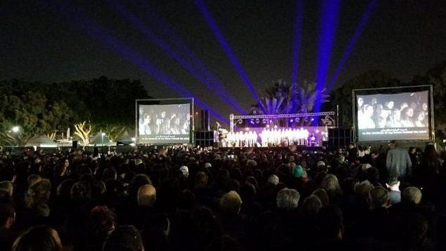 إسرائيليون وفلسطينيون يشاركة في مراسم مشتركة لإحياء 'يوم الذكرى' في تل أبيب، 7 مايو، 2019.  (Adam Rasgon/Times of Israel)
