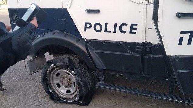 مركبة تابعة للشرطة الإسرائيلية مزق مستوطنون إطاراتها بالقرب من مستوطنة يتسهار في شمال الضفة الغربية، 25 مايو 2019 (Israel Police)