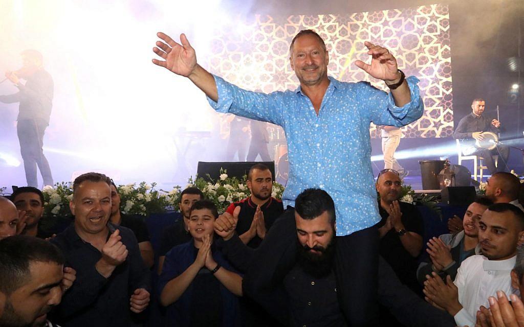 الرئيس التنفيذي لشركة 'صودا ستريم'، دانييل بيرنباوم، يرقص مع موظفيه خلال إفطار رمضاني في مصنع الشركة في رهط، 27 مايو، 2019.  (courtesy SodaStream)
