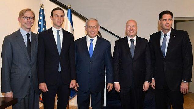 (من اليسار إلى اليمين) بريان هوك، الممثل الأمريكي الخاص لإيران، مستشار ترامب، جاريد كوشنر، رئيس الوزراء بنيامين نتنياهو، المبعوث الأمريكي للسلام في الشرق الأوسط، جيسون غرينبلات، والسفير الإسرائيلي لدى واشنطن، رون ديرمر، في مكتب رئيس الورزاء في القدس، 30 مايو، 2019.  (Ziv Sokolov/US Embassy Jerusalem)