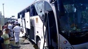 حافلة سياح استهدفها انفجار بالقرب من الاهرامات في القاهرة، 19 مايو 2019 (screen capture: Twitter)